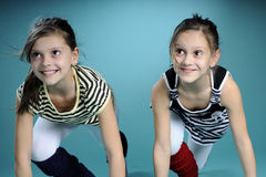 Educador que escucha de las hermanas gemelas felices Foto de archivo
