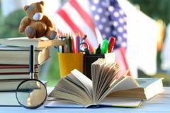 Educaion室外书架的页 免版税库存照片