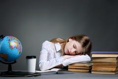Educação e conceito da escola - menina pequena do estudante que estuda o geog Fotos de Stock