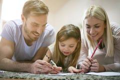 educate Familie zu Hause zusammen lizenzfreies stockfoto