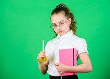 Educatief experiment Chemiepret De Dag van de kennis Schoolmeisje met kleurrijke chemische vloeistoffen Het hebben van pret met c royalty-vrije stock foto