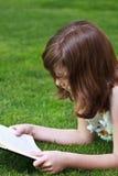 Education.Young piękna dziewczyna czyta książkę plenerową Fotografia Stock