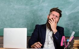 Educatori di più sollecitati sul lavoro che la gente media Affaticamento ad alto livello Fronte di sbadiglio dell'uomo barbuto de fotografia stock