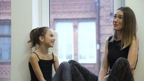 Educazione fisica del bambino dell'ed di comunicazione della famiglia stock footage