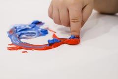 Edukaci aktywność, dzieci i berbecie z Palcowymi farbami, kolorowe zdjęcia zbierania uczą się czerwone Palcowego obrazu upadki i  Obrazy Stock