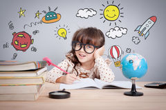 Edukaci pojęcie, śliczna mała szczęśliwa dziewczyna przy szkołą robi pracie domowej z twórczością obraz royalty free
