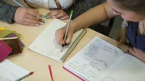 Edukaci studiowania mathematics uczeń robi sumom zdjęcie wideo