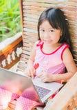 Edukaci, szkoły, technologii i interneta pojęcie, - Śliczna dziewczyna w Zdjęcie Stock