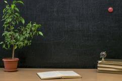 Edukaci tło tylna koncepcji do szkoły Nauczyciela lub ucznia biurka stół zdjęcia stock