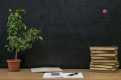 Edukaci tło tylna koncepcji do szkoły Nauczyciela lub ucznia biurka stół obrazy stock