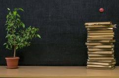 Edukaci tło tylna koncepcji do szkoły Nauczyciela lub ucznia biurka stół fotografia royalty free