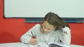 Edukacja i szkoły pojęcie - mały studencki dziewczyny studiowanie przy szkołą zdjęcie wideo