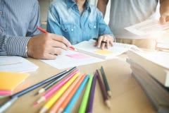 Edukacja, nauczanie, uczenie i ludzie pojęć, Grupa wysokość zdjęcie stock