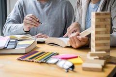 Edukacja, nauczanie, uczenie poj?cie Szko?a ?rednia koledzy z klasy lub ucznie grupuj? adiunkta w bibliotecznym studiowaniu i czy fotografia royalty free
