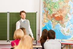 Edukacja - nauczyciel z uczniem w szkolnym nauczaniu Obrazy Royalty Free
