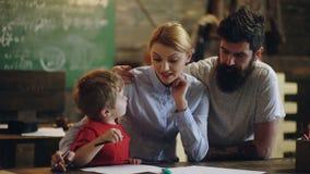 edukacja, nauka, technologia, dzieci i ludzie pojęć, Nauczyciel i Uczeń tylna szkoły Rodzice z jego synem zbiory wideo