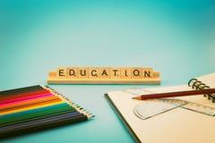 Edukacja notatnik i barwioni ołówki Obraz Royalty Free