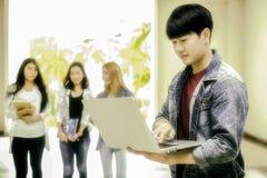 Edukacja, szkoła i ludzie pojęć, - Rozochocony uniwersytecki stude Obraz Royalty Free