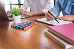 Edukacja, szko?y poj?cie, ucznia kampus i koledzy z klasy uczy si? nauczania ?apanie w g?r? przyjaciela dla wewn?trz, testa lub e obraz stock