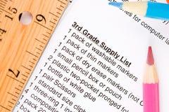 Edukacja: Szkolnej dostawy lista z ołówkami i dostawami Fotografia Stock