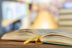 Edukacja uczenie pojęcie z otwarcie podręcznikiem w starej bibliotece lub książką, sterty literatura tekst stosy obrazy royalty free