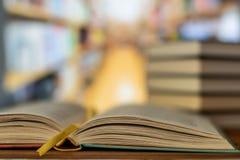 Edukacja uczenie poj?cie z otwarcie podr?cznikiem w starej bibliotece lub ksi??k? fotografia royalty free
