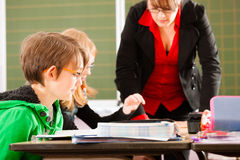 Edukacja - ucznie i nauczyciela uczenie przy szkołą Obrazy Royalty Free