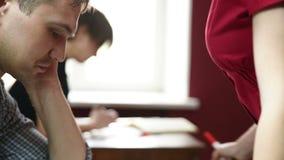 Edukacyjny temat: portret nauczyciel daje wykładowi Seksowny Busty nauczyciel przed męskimi uczniami demonstruje zbiory wideo
