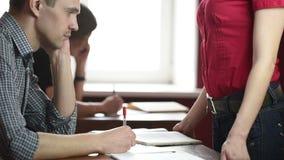 Edukacyjny temat: portret nauczyciel daje wykładowi Seksowny Busty nauczyciel przed męskimi uczniami demonstruje zdjęcie wideo