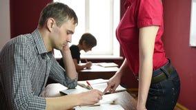Edukacyjny temat: portret nauczyciel daje wykładowi Seksowny Busty nauczyciel przed męskimi uczniami demonstruje zbiory