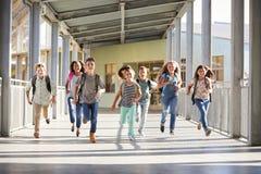 Eduque as crianças que correm no corredor da escola primária, fim acima foto de stock royalty free