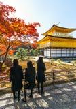 Eduque as meninas em Kinkaku-ji, o templo do pavilhão dourado Imagem de Stock