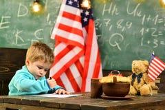 Eduque a criança na lição em 4o julho De volta à educação do escola ou a home Patriotismo e liberdade Little Boy na sala de aula Fotografia de Stock Royalty Free