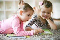Eduque en casa Dos niñas imagenes de archivo
