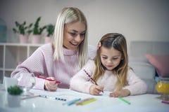 Eduque en casa Madre e hija fotografía de archivo libre de regalías
