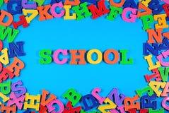 Eduque escrito por letras coloridas plásticas em um azul fotografia de stock