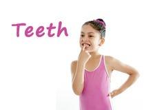 Eduque o cartão da menina que aponta em seus boca e dentes no fundo branco Foto de Stock