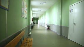 Eduque a parede verde interior do corredor vazio à direita filme