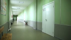 Eduque a parede verde interior do corredor vazio ao vídeos de arquivo