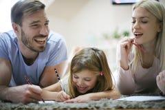 eduque Preparación de trabajo de la familia junto imagenes de archivo