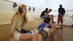 Edvard Munch Museum Los niños y los adultos consiguen conocidos con el trabajo del genio Escuche las conferencias audios almacen de video
