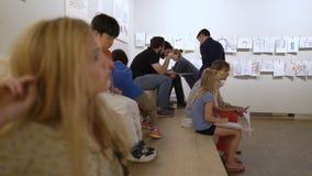 Edvard Munch Museum Los niños y los adultos consiguen conocidos con el trabajo del genio Escuche las conferencias audios metrajes