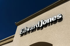 Edward Jones Exterior und Logo Stockbilder