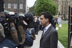 Edward Miliband que es entrevistado con en Westminster Imagenes de archivo