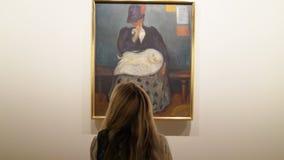 Edward Munch Museum en Oslo, Noruega Los visitantes admiran las obras maestras del genio almacen de metraje de vídeo