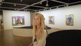 Edward Munch Museum en Oslo, Noruega Los visitantes admiran las obras maestras del genio metrajes