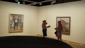 Edward Munch Museum en Oslo, Noruega Los visitantes admiran las obras maestras del genio almacen de video