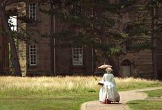 Edwardian dama Przed Dostojnym domem Obraz Royalty Free