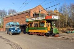 Edwardian verdoppeln Decker Tram- und dreißiger Jahre Passagier-Bus, Black Country lebendes Museum lizenzfreie stockfotografie