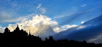 Edynburg linia horyzontu przy zmierzchem z niebieskim niebem zdjęcie stock